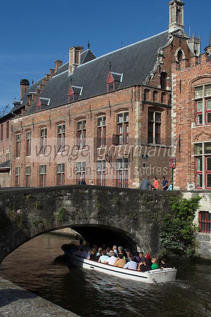 Belgique, Flandre-Occidentale, Bruges, centre historique classé Patrimoine Mondial de l'UNESCO, le long du canal Groenerei, l'on peut également apercevoir la façade arrière du Brugse Vrije ou  palais Franc de Bruges, sis sur la place du Bourg. Construit au XVIème siècle, il abrite le Bruggemuseum // Belgium, Western Flanders, Bruges, historical centre listed as World Heritage by UNESCO, Along the  Groenerei canal, you can also see the back cover of Brugse Vrije or palace Franc of Bruges, located on the Place du Bourg. Built in the sixteenth century, it houses the Bruggemuseum