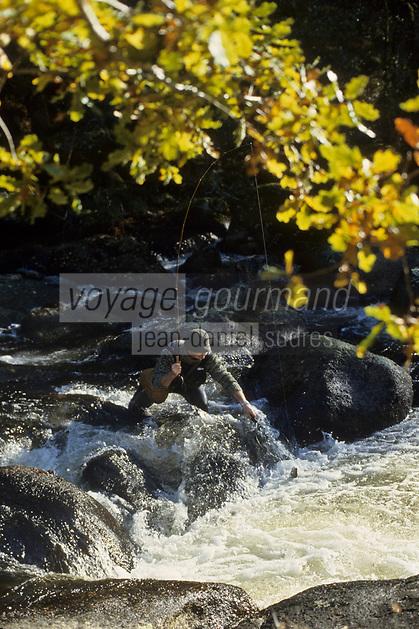 Europe/France/Limousin/87/Haute Vienne: Pêche à la truite au fouet sur la Vienne aux environs de Nedde