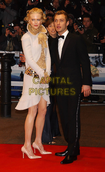 "NICOLE KIDMAN & JUDE LAW.""Cold Mountain"" film premiere.Odeon Leicester Square, London .14 December 2003.sales@capitalpictures.com.www.capitalpictures.com.©Capital Pictures"