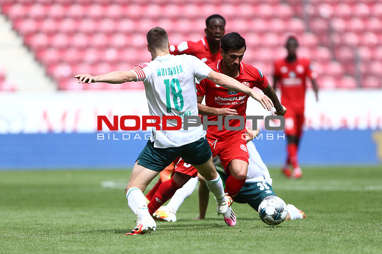 Niklas Moisander (SV Werder Bremen) im Zweikampf mit Danny Latza (FSV Mainz 05), <br /> <br /> Sport: Fussball: 1. Bundesliga:: nphgm001:  Saison 19/20: 33. Spieltag: 1. FSV Mainz 05 vs SV Werder Bremen 20.06.2020<br /> <br /> <br /> Foto: Neis/Eibner/Pool/via gumzmedia/nordphoto<br /> <br /> DFB regulations prohibit any use of photographs as image sequences and/or quasi-video.<br /> Editorial Use ONLY<br /> National and International News Agencies OUT<br /> <br />  DFL REGULATIONS PROHIBIT ANY USE OF PHOTOGRAPHS AS IMAGE SEQUENCES AND OR QUASI VIDEO<br /> EDITORIAL USE ONLY<br /> NATIONAL AND INTERNATIONAL NEWS AGENCIES OUT