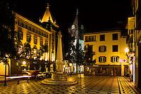 Der Platz Largo do Chafariz mit Bankgebaeude und Brunnen in Funchal, im Hintergrund die Kathedrale, Madeira, Portugal