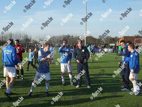 2012-03-11 / Voetbal / FC Turnhout- Dosko / Kampioen FC Turnhout laat de champagne rijkelijk vloeien.