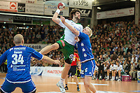 Momir Rnic (FAG) gegen rechts Patrick Wiencek (VFL)