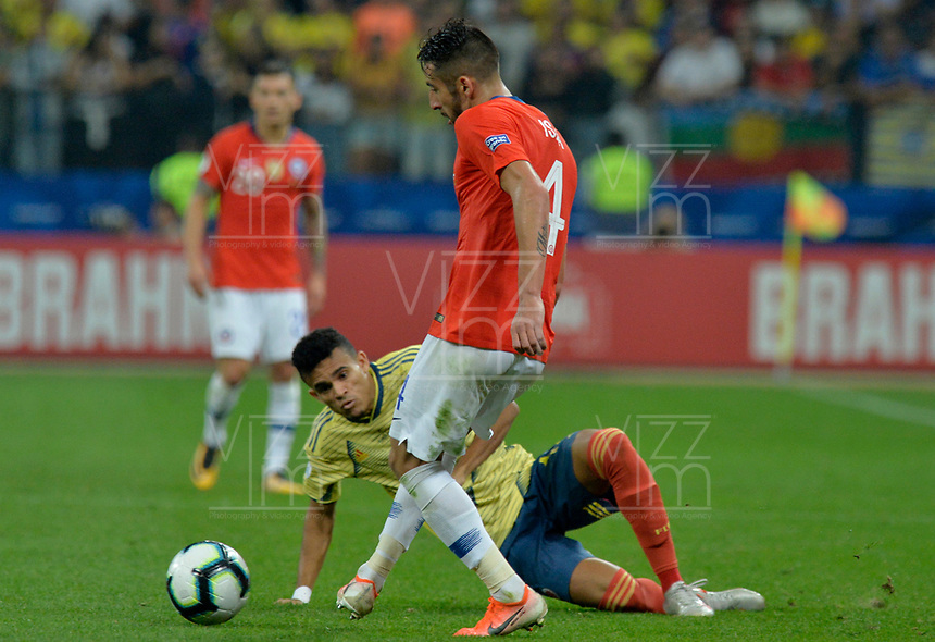 SAO PAULO – BRASIL, 28-06-2019: Luis Diaz de Colombia disputa el balón con Mauricio Isla de Chile durante partido por cuartos de final de la Copa América Brasil 2019 entre Colombia y Chile jugado en el Arena Corinthians de Sao Paulo, Brasil. / Luis Diaz of Colombia vies for the ball with Mauricio Isla of Chile during the Copa America Brazil 2019 quarter-finals match between Colombia and Chile played at Arena Corinthians in Sao Paulo, Brazil. Photos: VizzorImage / Julian Medina / Cont /