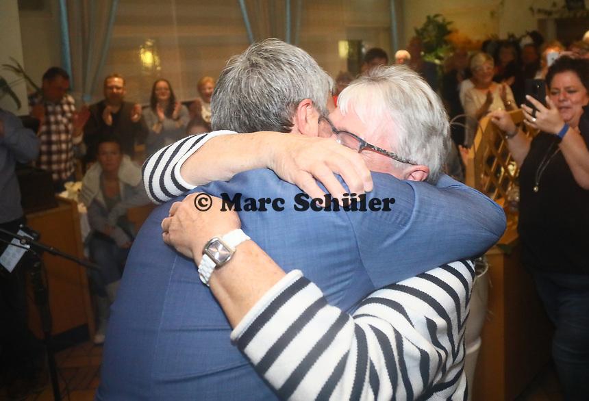 B&uuml;ttelborn 28.10.2018: Siegesfeier zur B&uuml;rgermeisterwahl im Volkshaus<br /> Der siegreiche Bewerber um das Amt des B&uuml;rgermeisters von B&uuml;ttelborn Marcus Merkel (SPD) kommt zur Feier ins Volkshaus und wird von seiner Mutter begl&uuml;ckw&uuml;nscht<br /> Foto: Vollformat/Marc Sch&uuml;ler, Sch&auml;fergasse 5, 65428 R'heim, Fon 0151/11654988, Bankverbindung KSKGG BLZ. 50852553 , KTO. 16003352. Alle Honorare zzgl. 7% MwSt.