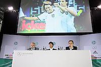 Mediendirektor Harald Stenger, Bundestrainer Joachim Loew und Nationalmannschafts-Manager Oliver Bierhoff und das neue Promo-Video der Nationalmannschaft
