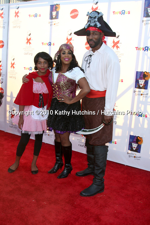 LOS ANGELES - OCT 30:  Niecy Nash (r), daughter Dia, Jay Tucker (L) arrives at the 17th Annual Dream Halloween benefiting CAAF at Barker Hanger on October 30, 2010 in Santa Monica, CA