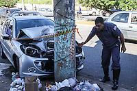 SÃO PAULO, SP, 27.05.2015 - ACIDENTE-SP - Um automóvel colidiu com um poste na Avenida Cipriano Rodrigues, o motorista sofreu ferimentos leves, foi socorrido pelo Corpo de Bombeiros e encaminhado para o PS Sapopemba, região leste de São Paulo nesta quarta-feira, 27. (Foto: Marcos Moraes / Brazil Photo Press)