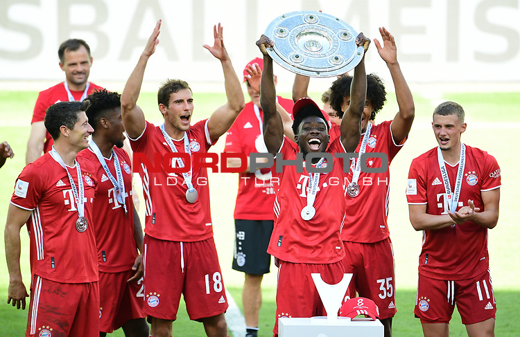 Deutscher Meister 2020, FC Bayern Muenchen v.l. Robert Lewandowski, Kingsley Coman, Alphonso Davies mit Meisterschale, Joshua Zirkzee, Mickael ''Michael'' Cuisance<br /> Wolfsburg, 27.06.2020: nph00001: , Fussball Bundesliga, VfL Wolfsburg - FC Bayern Muenchen 0:4<br /> Foto: Tim Groothuis/Witters/Pool//via nordphoto<br />  DFL REGULATIONS PROHIBIT ANY USE OF PHOTOGRAPHS AS IMAGE SEQUENCES AND OR QUASI VIDEO<br /> EDITORIAL USE ONLY<br /> NATIONAL AND INTERNATIONAL NEWS AGENCIES OUT