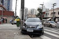 SAO PAULO, SP, 06 AGOSTO 2012 - ACIDENTE TRANSITO AUTO X POSTE - Um veiculo colidiu com um poste na Rua dos Patriotas numero 100, no bairro do Ipiranga, ninguem ficou ferido, na manha desta segunda-feira. (FOTO: WILLIAM VOLCOV / BRAZIL PHOTO PRESS).