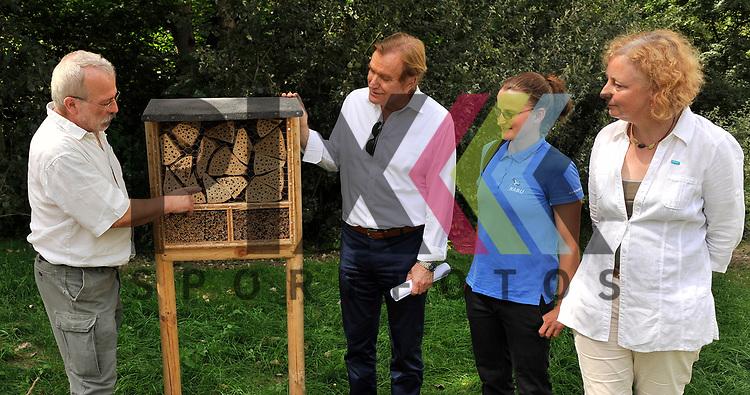 Ludwigshafen 27.06.17 Eroeffnung erste GAG-Bienenweide in Oggersheim Ludwigshafen. Im Bild v.l.: Klaus Eisele (Natutschuetzer) erklaert Ernst Merkel (GAG), Melanie Mangold (NABU) und Waltraud Funck (Stadt Ludwigshafen) das Bienenhotel.<br /> <br /> Foto &copy; Ruffler For editorial use only. (Bild ist honorarpflichtig - No Model Release!)