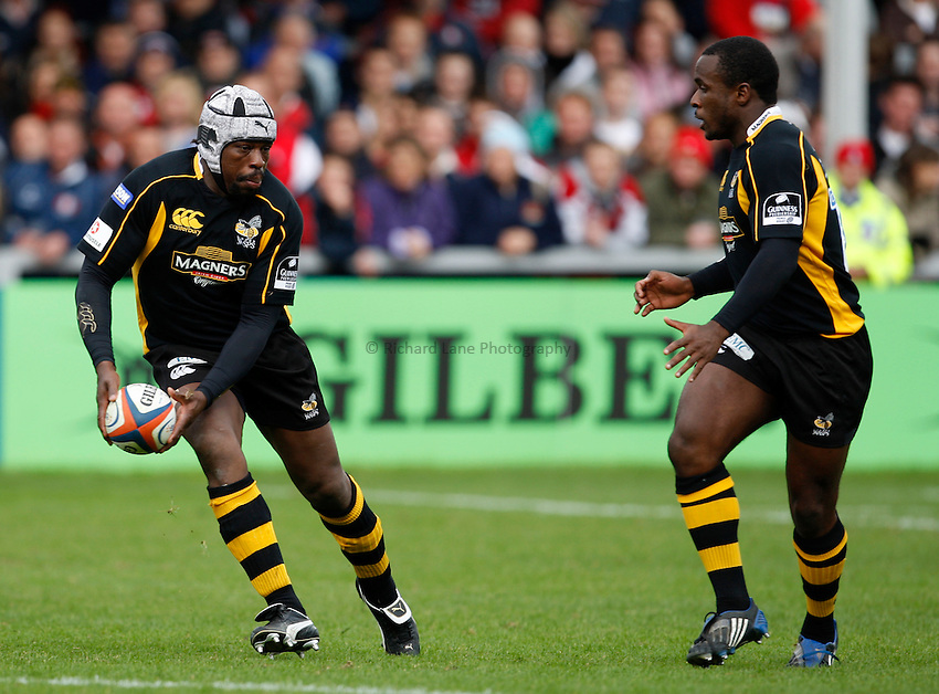 Photo: Richard Lane/Richard Lane Photography. Gloucester Rugby v London Wasps. Anglo Welsh EDF Energy Cup. 04/10/2008. Wasps' Serge Betsen passes to Mark Odejobi.