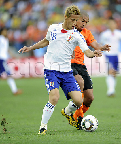19 06 2010  Japan s Keisuke Honda Front vies with Netherlands Nigel de Jong during their 2010 World Cup Group E Soccer Match AT Moses Mabhida Stage in Durban South Africa ON June 19 2010 Xinhua Chen Haitong DX South Africa Durban 2010 FIFA World Cup Netherlands vs Japan