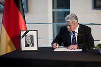 Bundespr&auml;sident Joachim Gauck tr&auml;gt sich am Mittwoch (11.11.15) in Berlin im Bundeskanzleramt in ein Kondulenzbuch f&uuml;r den verstorbenen Bundeskanzler Helmut Schmidt (SPD) ein.<br /> Foto: Axel Schmidt/CommonLens