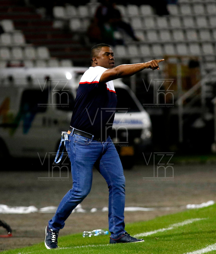 MANIZALES-COLOMBIA, 24-04-2019: Huberth Bodhert, técnico de Once Caldas, gesticula durante partido adelantado de la fecha 19 entre Once Caldas y Deportivo Cali, por la Liga Águila I 2019, jugado en el estadio Palogrande de la ciudad de Manizales. / Huberth Bodhert, coach of Once Caldas gestures during early match of date 19th date between Once Caldas and Deportivo Cali, for the Aguila Leguaje I 2019 played at the Palogrande Stadium in Manizales city. / Photo: VizzorImage / Santiago Osorio / Cont.