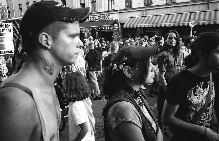 """berlino, """"fuck parade"""", parata di musica tecno hardcore --- berlin, """"fuck parade"""", techno hardcore music parade"""