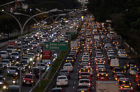 SAO PAULO, SP, 12 DE JULHO DE 2013 – TRÂNSITO EM SÃO PAULO: Trânsito na Av. 23 de Maio sentido bairro, próximo ao Parque do Ibirapuera, zona sul de São Paulo na tarde desta sexta feira (12). FOTO: LEVI BIANCO - BRAZIL PHOTO PRESS.