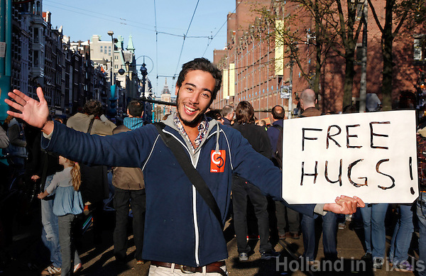 Free hugs aangeboden op straat in Amsterdam