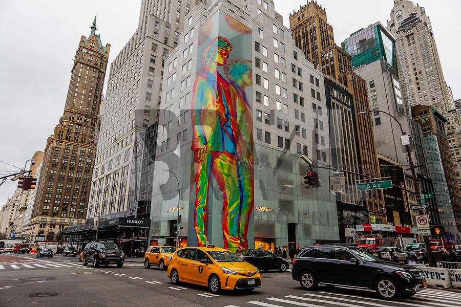NEW YORK, EUA, 10.01.2019 - ARTE-EUA - Uma obra de arte de 12 andares na faixada da loja Louis Vuitton marca o lançamento da coleção masculina 2019 é vista na Quinta Avenida na ilha de Manhattan na cidade de Nova York nos Estados Unidos nesta quinta-feira, 10. (Foto: William Volcov/Brazil Photo Press)