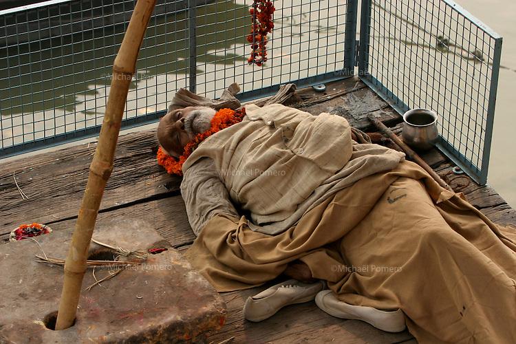 01.12.2008 Varanasi(Uttar Pradesh)<br /> <br /> Man dead in the ghat near the Ganga river.It is said in the hindouism  you are liberate from incarnations if you die in Varanasi.<br /> <br /> Homme mort sur le ghat pres du Gange.Il est dit dans l'hindouisme que si l'on meurt a Varanasi on est libéré de la chaine des incarnations.