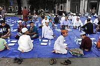 Roma, 13 Agosto 2011.Piazza Venezia..Iftar,il pasto che  interrompe il digiuno durante il mese sacro..Alcune decine di musulmani hanno preso parte ad un Iftar pubblico  con l'intento di promuovere una maggior informazione riguardo alla loro religione, l'Islam..