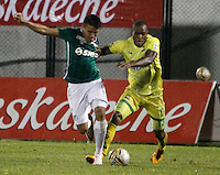 FLORIDABLANCA - COLOMBIA - 28 - 04 - 2016: Jair Palacios (Der.) jugador de Atletico Bucaramanga disputa el balón con Andres Roa (Izq.) jugador de Deportivo Cali, durante partido entre Atletico Bucaramanga y Deportivo Cali, por la fecha 15 de la Liga Aguila I-2016, jugado en el estadio Alvaro Gomez Hurtado de la ciudad de Floridablanca. / Jair Palacios (R) player of Atletico Bucaramanga vies for the ball with Andres Roa (L) player of Deportivo Cali, during a match between Atletico Bucaramanga and Deportivo Cali, for the date 15 of the Liga Aguila I-2016 at the Alvaro Gomez Hurtado Stadium in Floridablanca city Photo: VizzorImage  / Duncan Bustamante / Cont.