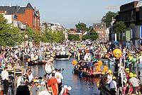 Nederland Leiden 2016 06 24 . Leidse Lakenfeesten. De Peurbakkentocht. De Lakenfeesten zijn een jaarlijks terugkerend evenement. De naam van het evenement refereert aan de tijd dat de stad een bloeiende lakenindustrie had. De Peurbakkentocht is een optocht van bijzonder uitgedoste vaartuigen door de grachten.  Foto Berlinda van Dam /  Hollandse Hoogte