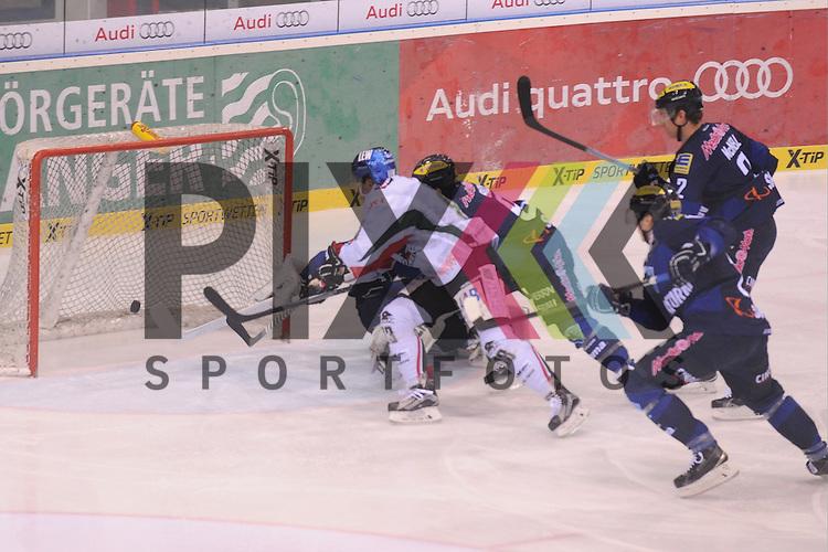 ERC Ingolstadt - Augsburger Panther<br /> Augsburgs Adrian Grygiel (Nr.83) erzielt hier das 0:1 und ueberwindet Ingolstadts Timo Pielmeier (Nr.51)  beim Spiel in der DEL, ERC Ingolstadt - Augsburger Panther.<br /> <br /> Foto &copy; PIX-Sportfotos *** Foto ist honorarpflichtig! *** Auf Anfrage in hoeherer Qualitaet/Aufloesung. Belegexemplar erbeten. Veroeffentlichung ausschliesslich fuer journalistisch-publizistische Zwecke. For editorial use only.