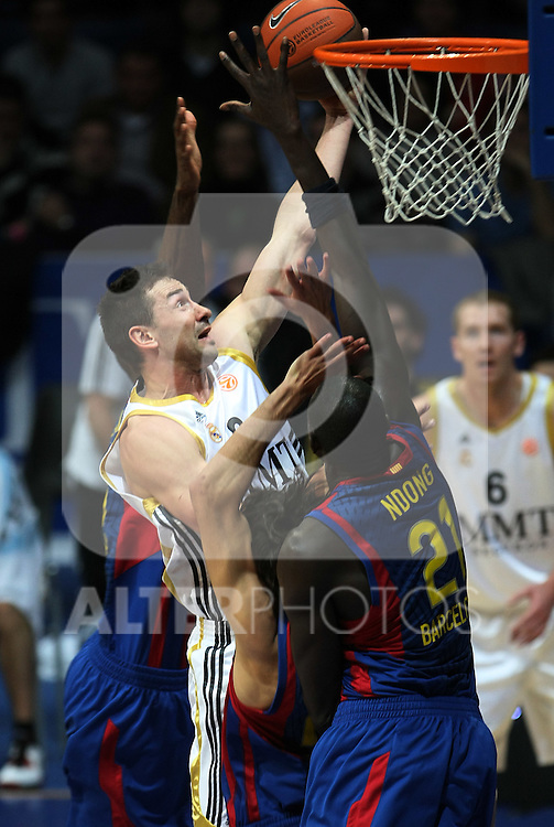 Real Madrid's Marko Jaric (l) and FC Barcelona's Boniface N'Dong during Euroleague Basketball match. March 30, 2010. (ALTERPHOTOS/Acero)