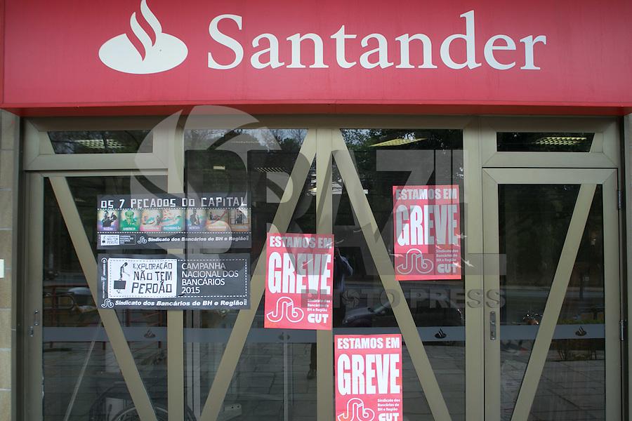 BELO HORIZONTE, MG, 06.10.2015 – GREVE-BANCÁRIOS - Agencia bancária no centro de Belo Horizonte na manhã desta terça-feira (06). A greve da categoria é uma resposta à proposta rebaixada da federação dos bancos (Fenaban) de 5,5% de reajuste para salários, PLR, vales e auxílios, que nem chega perto de cobrir a inflação de 9,88% no período (INPC) e representa perda de 4% para os trabalhadores. E nada para questões fundamentais para a categoria como melhorias nas condições de trabalho, saúde e garantia de emprego. (Foto: Marcos Fialho/Brazil Photo Press)