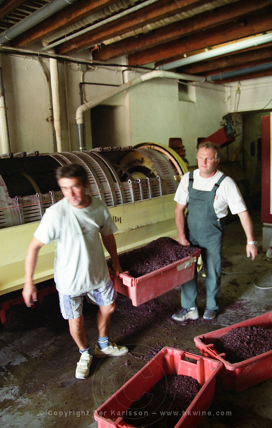 horisontal vaslin grape press emptying press residue domaine de cabasse rhone france