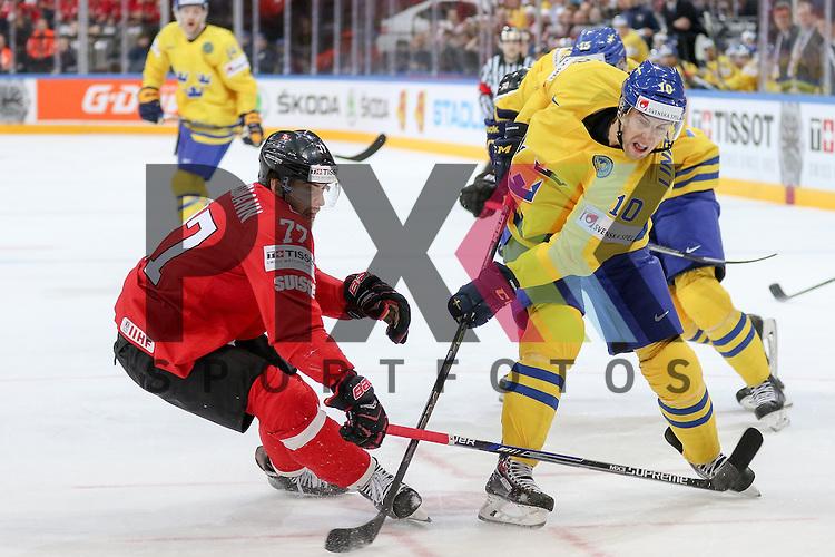 Schwedens Lindstrom, Joakim (Nr.10) im Zweikampf mit Schweizs Grossmann, Robin (Nr.77)  im Spiel IIHF WC15 Schweiz vs. Schweden.<br /> <br /> Foto &copy; P-I-X.org *** Foto ist honorarpflichtig! *** Auf Anfrage in hoeherer Qualitaet/Aufloesung. Belegexemplar erbeten. Veroeffentlichung ausschliesslich fuer journalistisch-publizistische Zwecke. For editorial use only.