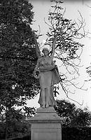 Potsdam, parco di Sanssouci. Statua di angelo e luna --- Potsdam, Sanssouci Park. Angel statue and moon