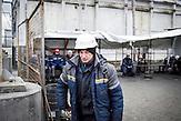 Arbeiter auf der Baustelle für den Sarkophag, der den Unglücks-Reaktor umschließen soll. In Tschernobyl ereignete sich die größte technologische Katastrophe des 20. Jahrhunderts. Ausgerechnet dort findet man heute noch die größten Anhänger der Atomkraft. / The Chernobyl catastrophe was the biggest technological catastrophe of the 20th century. It seems strange that just there you can find the biggest supporters of nuclear energy.