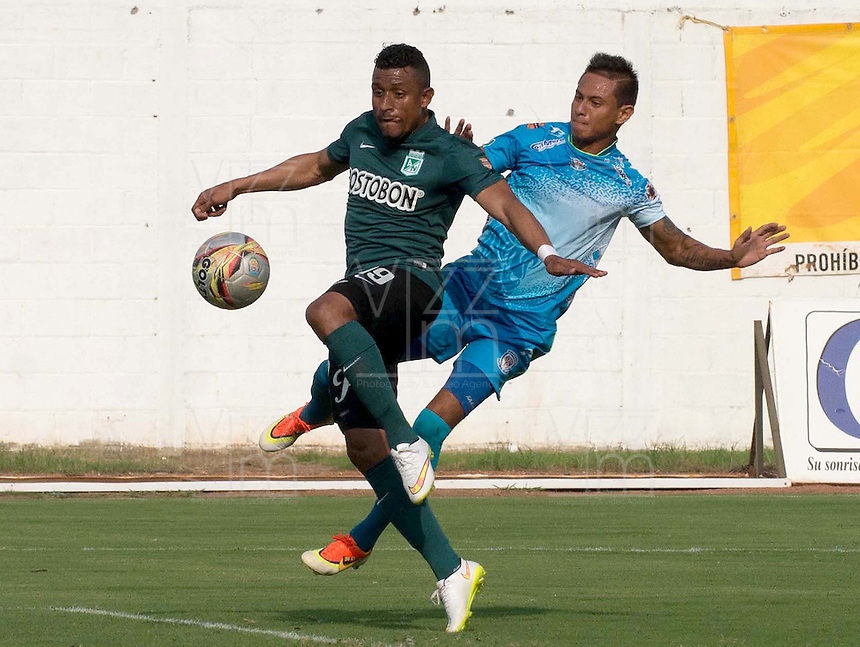 MONTERIA - COLOMBIA - 13-04-2015: Juan J. Mezu (Der.) jugador de Jaguares FC disputa el balón con Farid A. Diaz (Izq.) jugador de Atlético Nacional durante partido entre Jaguares FC y Atlético Nacional por la fecha 15 de la Liga Aguila I 2015 jugado en el estadio Municipal de Monteria. / Juan J. Mezu (R) player of Jaguares FC vies for the ball with Farid A. Diaz (L) player of Atletico Nacional during a match between Jaguares FC and Atletico Nacional for the  date 15 of the Liga Aguila I 2015 at the Municipal de Monteria Stadium in Monteria city, Photo: VizzorImage / Jose Perdomo / Cont.