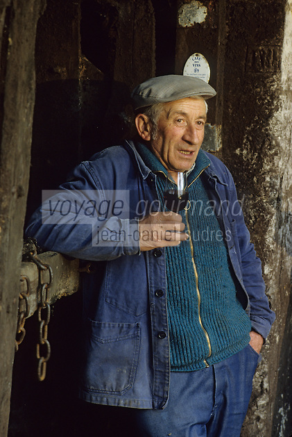 Europe/France/Centre/Indre-et-Loire/Vallée de la Loire/Bourgueil : AOC Bourgueil - Gabriel Maitre de chais de Pierre-Jacques Druet [Non destiné à un usage publicitaire - Not intended for an advertising use]<br /> PHOTO D'ARCHIVES // ARCHIVAL IMAGES<br /> FRANCE 1990