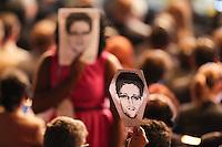 SAO PAULO, SP, 23.04.2014 - ABERTURA DO NET MUNDIAL / DILMA ROUSSEFF - Pessoas seguram máscaras com o rosto do ex-funcionário da NSA, Edward Snowden, durante discurso da presidente Dilma Rousseff na abertura o NETmundial (Encontro Global Multissetorial sobre o Futuro da Governança da Internet) no Grand Hatty Hotel na regiao sul da cidade de Sao Paulo nesta quarta-feira, 23. (Foto: Vanessa Carvalho / Brazil Photo Press).
