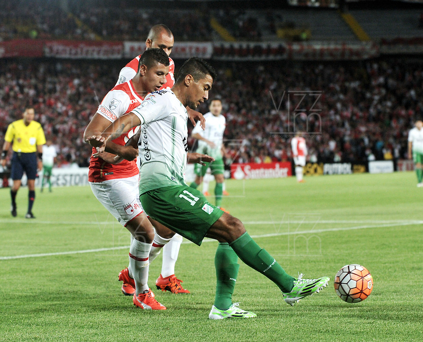 BOGOTA- COLOMBIA – 11-02-2016: Juan Roa (Izq.) jugador del Independiente Santa Fe de Colombia, disputa el balon con Alcides Peña (Der.) jugador de Oriente Petrolero de Bolivia,  durante partido de vuelta entre Independiente Santa Fe de Colombia y Oriente Petrolero de Bolivia, por la primera fase de la Copa Bridgestone Libertadores en el estadio Nemesio Camacho El Campin, de la ciudad de Bogota. / Juan Roa (L) player of Independiente Santa Fe of Colombia, figths for the ball with Alcides Peña (R) player of Oriente Petrolero of Bolivia during a match for the second leg between Independiente Santa Fe of Colombia and Oriente Petrolero of Bolivia for the first phase, of the Copa Bridgestone Libertadores in the Nemesio Camacho El Campin in Bogota city. VizzorImage / Luis Ramirez / Staff.