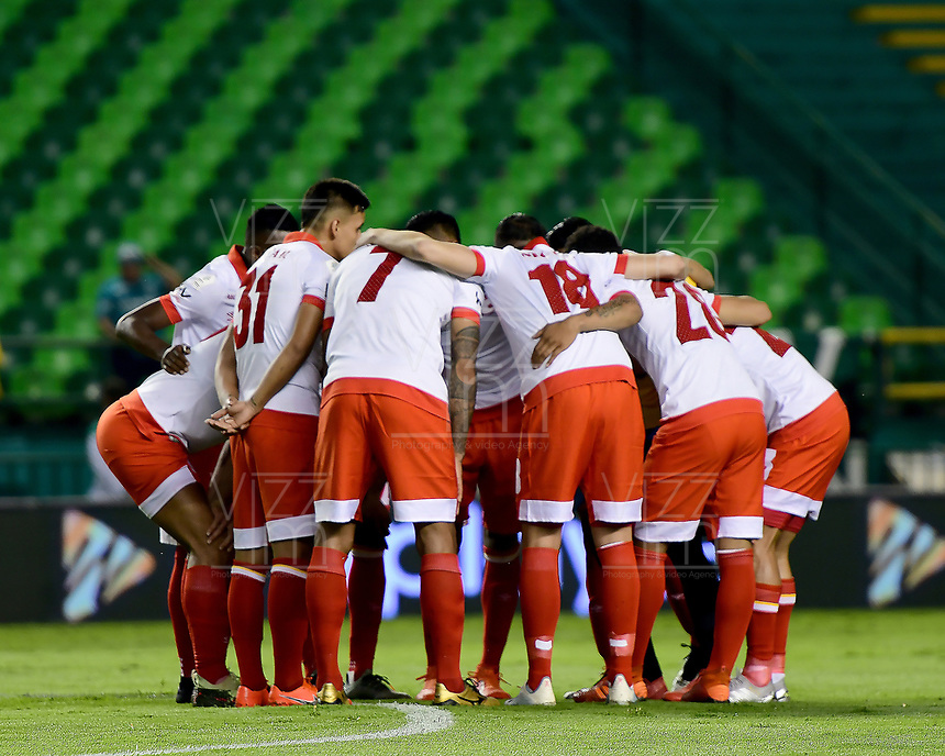 PALMIRA - COLOMBIA, 13-11-2019: Jugadores del Santa Fe oran previo al partido entre Deportivo Cali e Independiente Santa Fe por la fecha 2, cuadrangulares semifinales, de la Liga Águila II 2019 jugado en el estadio Deportivo Cali de la ciudad de Palmira. / Players of Santa Fe pray prior match for the date 2, quadrangular semifinals, as part Aguila League II 2019 between Deportivo Cali and Independiente Santa Fe played at Deportivo Cali stadium in Palmira city. Photo: VizzorImage / Nelson Rios / Cont