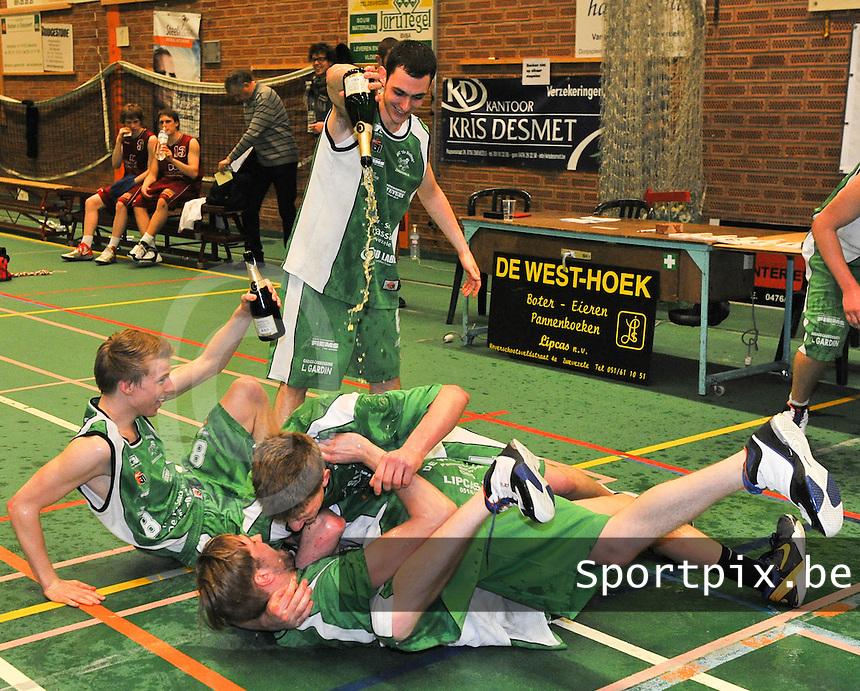 BBC De Westhoek Zwevezele : dolle vreugde bij Zwevezele na de winst en de kampioenstitel.foto VDB  / Bart Vandenbroucke