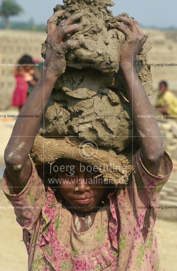 INDIA Westbengal, dalit children work in brick industry near Kolkata, small girl carry clay on her head / INDIEN Dalit Kinder arbeiten in Ziegelei bei Kalkutta