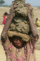 INDIA Westbengal, dalit children work in brick industry near Kolkata / INDIEN Dalit Kinder arbeiten in Ziegelei bei Kalkutta