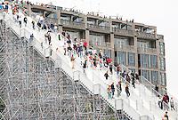 Nederland Rotterdam 2016. Tijdelijke trap naar het Groothandelsgebouw. Met de trapconstructie viert Rotterdam 75 jaar wederopbouw van de stad. Foto Berlinda van Dam / Hollandse Hoogte