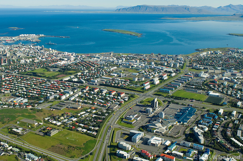 Reykjavik til norðurs, Veðurstofa Íslands t.v. Kringlumýrarbraut, Kringlan. /  Reykjavik viewing north..Meteorologic Institue  left in foreground. Kringlumyrarbraut main road and Kringlan right.
