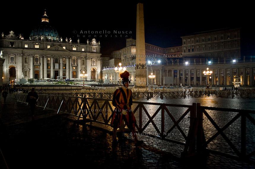 Vaticano,1 Maggio, 20111. Una Guardia Svizzera cammina in Piazza San Pietro