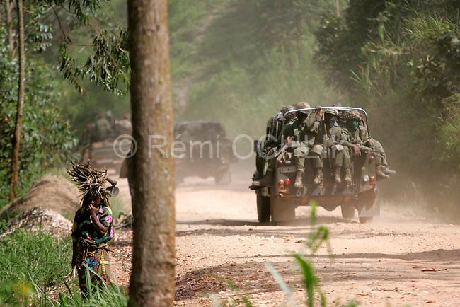 © Remi OCHLIK/IP3, Kanyabayanga , Republique Democratique du Congo, le 26 novembre 2008 - Patrouille de soldats FARC..Fardc soldiers patrol on the road to Kanyabayanga...