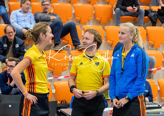 ROTTERDAM  - NK Zaalhockey,   halve finale dames Laren-Den Bosch. Laren wint. Overleg scheidsrechters     COPYRIGHT KOEN SUYK