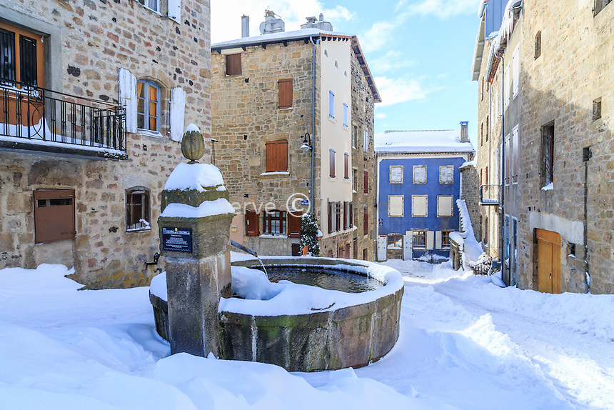 France, Haute-Loire (43), Pradelles, labellisé Les Plus Beaux Villages de France, sous la neige, fontaine du Melon