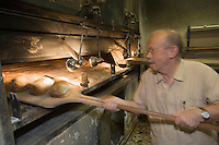 """urope/France/Aquitaine/33/Gironde/Bordeaux:  Jann Demaitre  Boulanger cuit son pain au feu de bois """"Le Pain Maitre""""  23 rue Camille Sauvageau"""