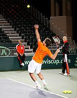 4-4-07, England, Birmingham, Tennis, Daviscup England-Netherlands, training, Captain Jan Siemerink en coach Rohan Goetzke bekijken de service van Raemon Sluiter